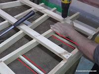 Separadores para mantener la distancia igual con todos los listones. www.enredandonogaraxe.com