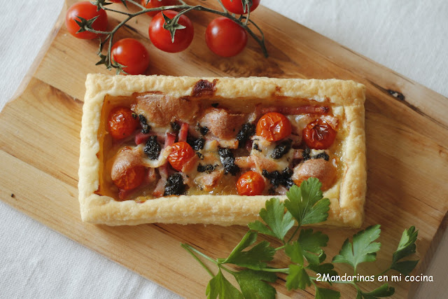 Hojaldre con cebolla confitada, bacon,cherry, mozzarela y albahaca