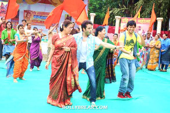 Usha Nadkarni, Tusshar Kapoor, Savita Prabhune, Riteish Deshmukh - (3) - Riteish & Tusshar on the sets of 'Pavitra Rishta'
