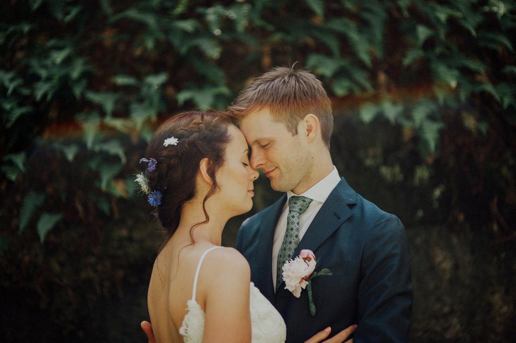 Foto på Sofie och Erik i skogen under bröllop
