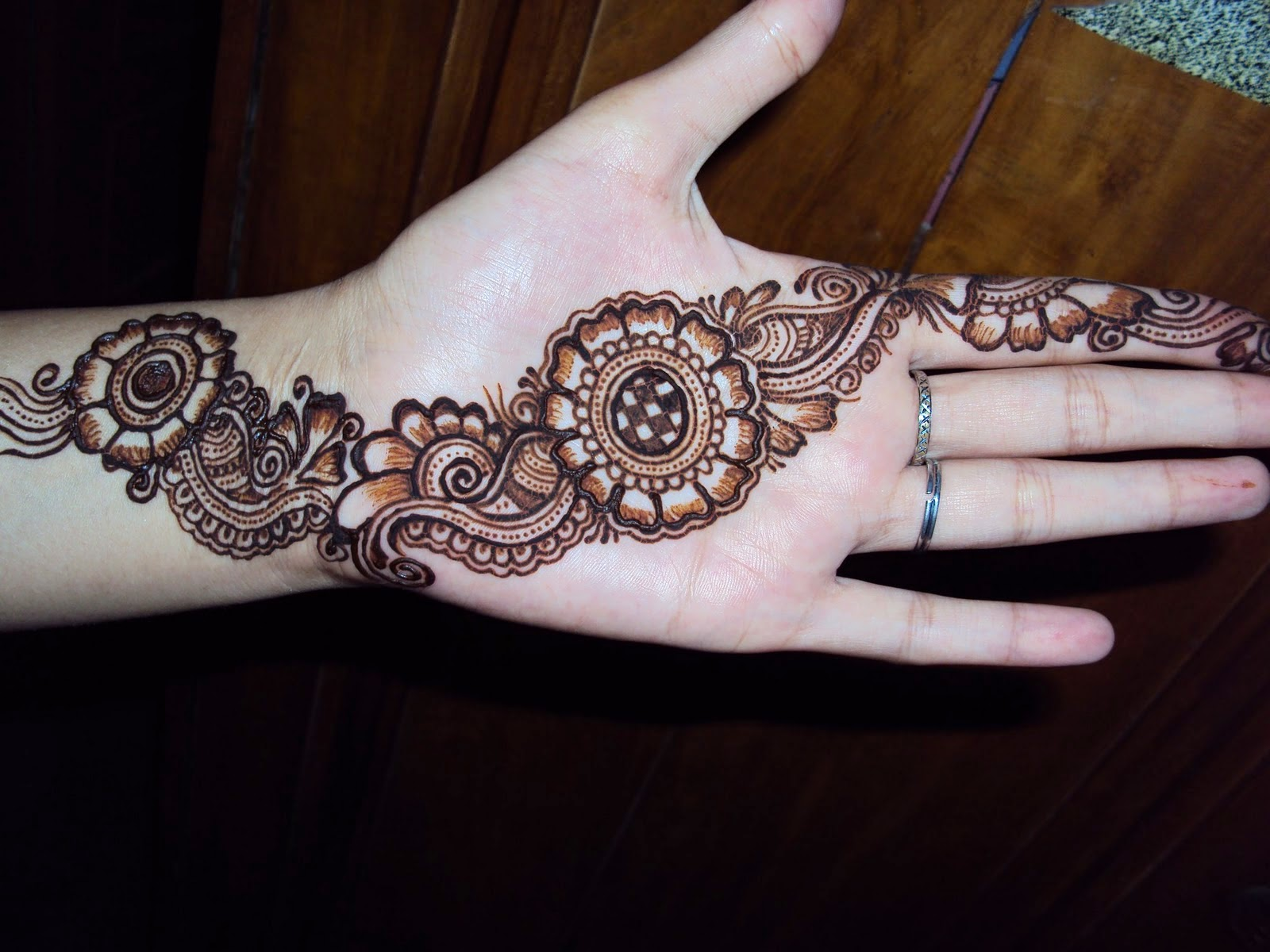 Mehndi Hands Poetry : Elegant stylish back hand mehndi design domseksa