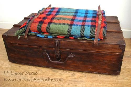 Maletas vintage con manta y cintas de cuero para colección