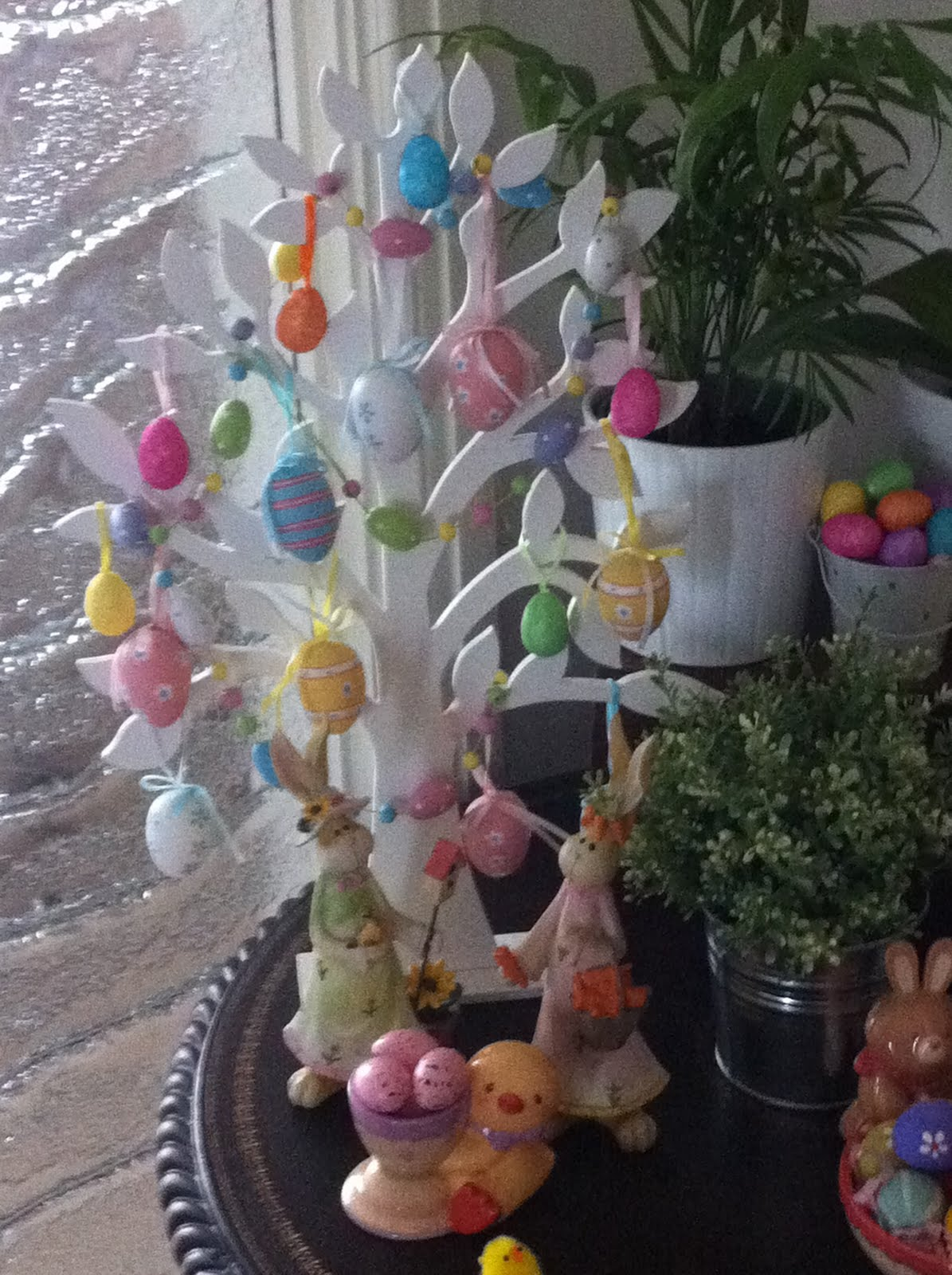 Chic mummy decorating for easter without a mantle - Easter egg tree decorations ...