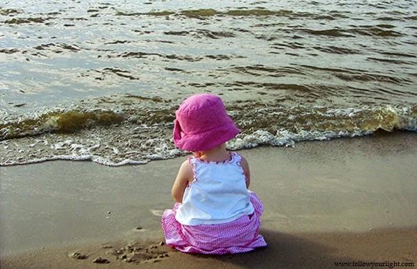 Bébé fille dans la mer