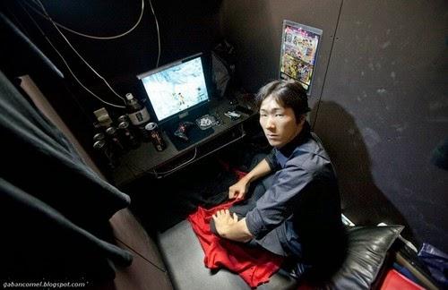 Aneh Lelaki Ini Tidur di Cyber Cafe Kerana Tidak Mampu Sewa Pangsapuri