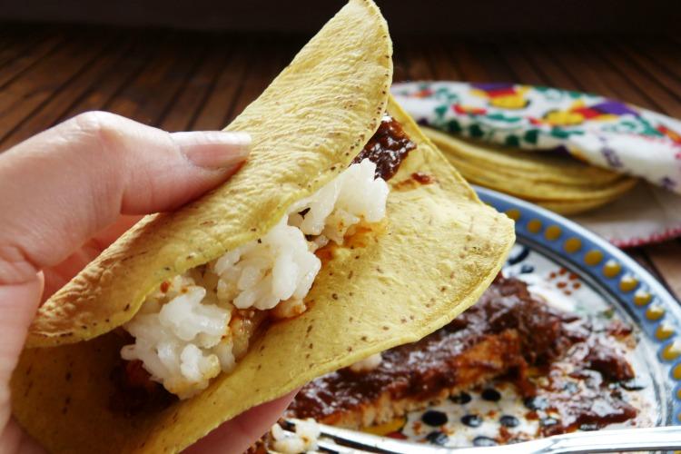 Taco de lomo de cerdo con salsa de chile guajillo