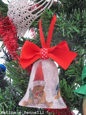 Campanella natalizia decorata con la tecnica del decoupage