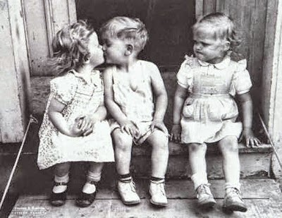 niños beso