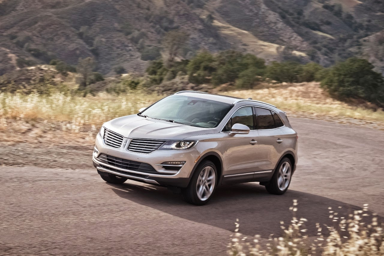 Front 3/4 view of the 2015 Lincoln MKC