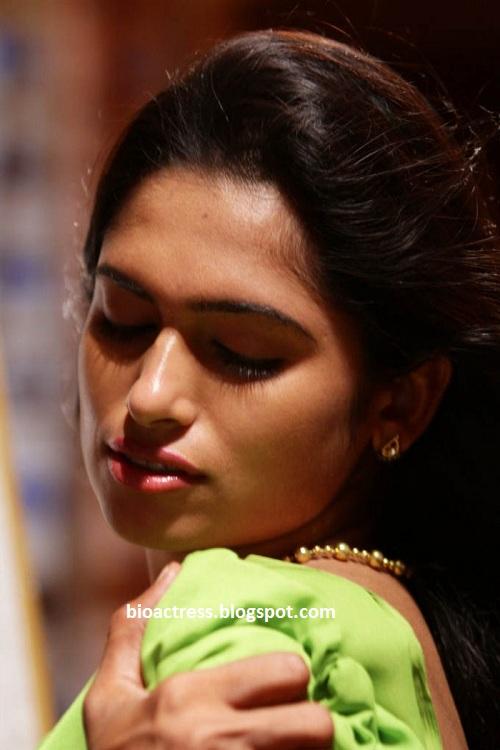 soundarya tamil movie hot romancing spicy navel cleavage stills