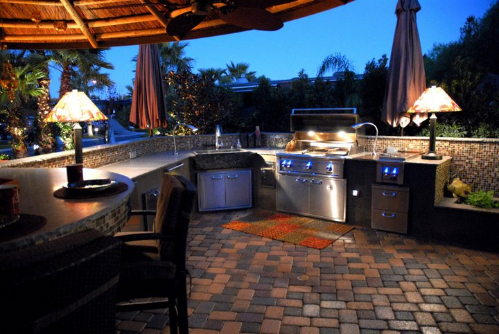 Ordinaire The Centerpiece Of Your Outdoor Kitchen Is A Built In Grill. Consider Where  You Will Bring In Gas, Power And Water Lines When Planning The Layout.