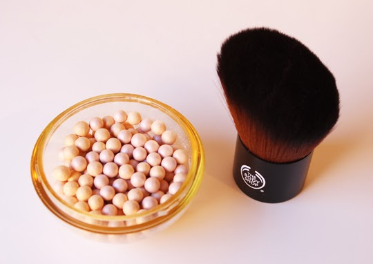 Perlas Radiance y Brocha Kabuki de The Body Shop