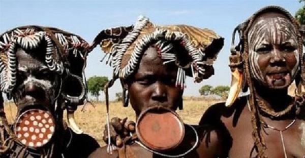Kinh dị bộ tộc làm đẹp đeo đĩa lên môi 3