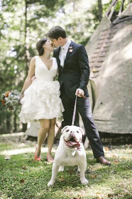 novios con un perro blanco con la lengua afuera