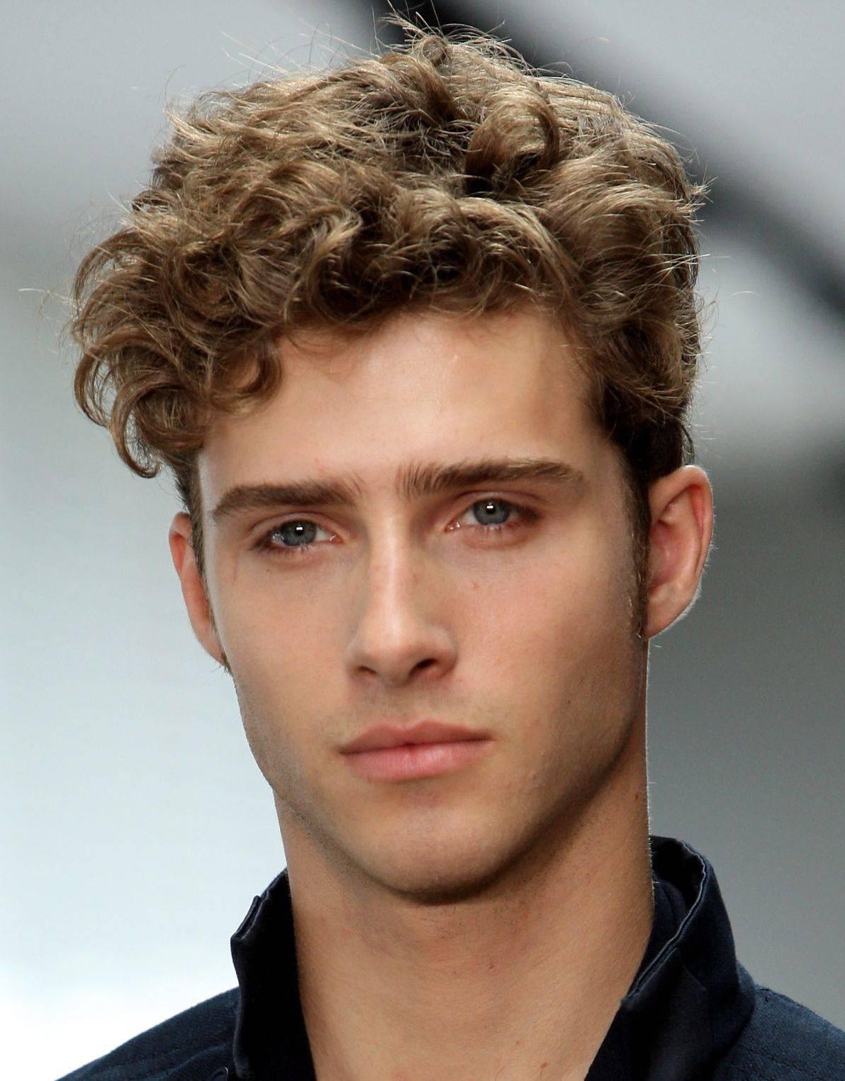 Cortes para cabello ondulado en hombres