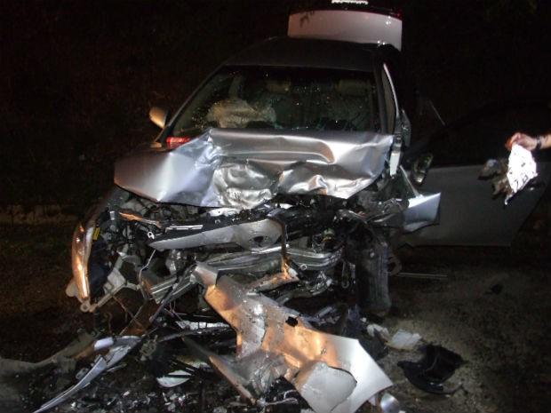 Carro ficou destruído após batida frontal na BR-324, na região de Jacobina, no norte da Bahia. (Foto: Emerson Rocha/ Bahia Acontece)