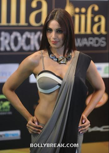 Bipasha shows off a very well sculpted body in a grey and black sari - Bipasha Basu IIFA 2012 & ramp walk HOT PICS