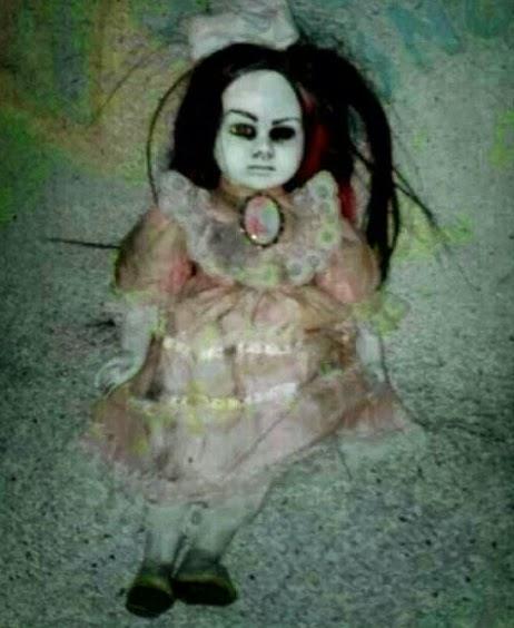 Boneka Misterius yang Menyeramkan dengan Mata Ditutup Kain