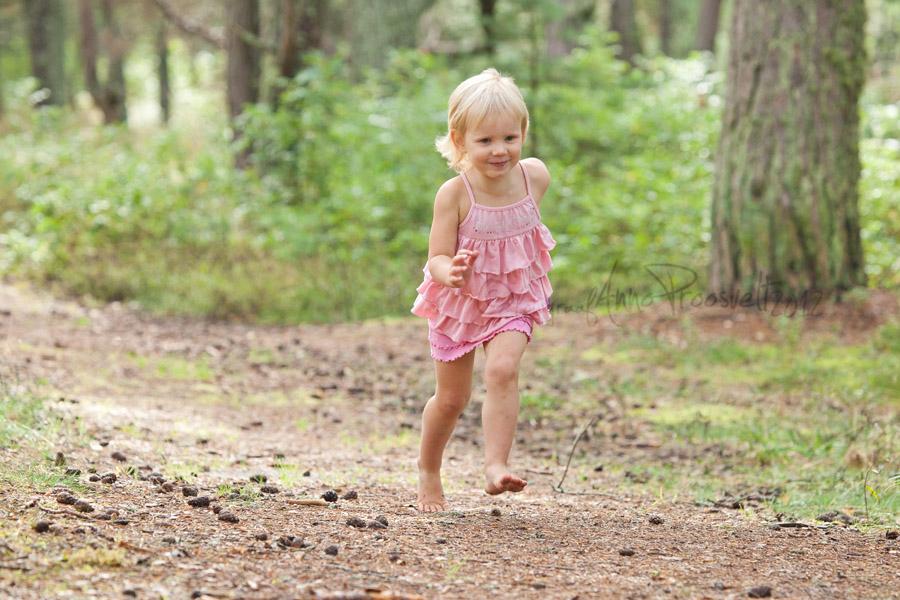 tydruk-jookseb-laulasmaa-metsas