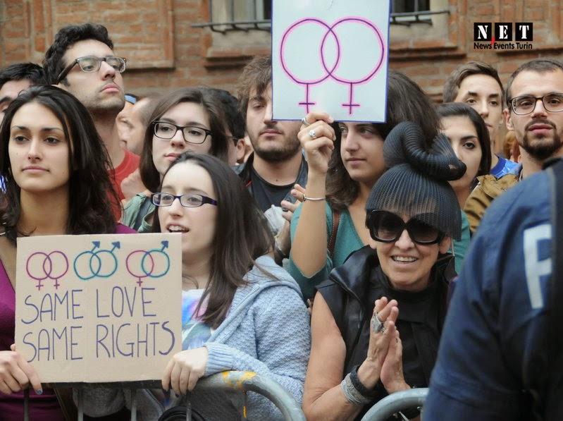 Самодовольная лесби рада большой акции геев в Турние