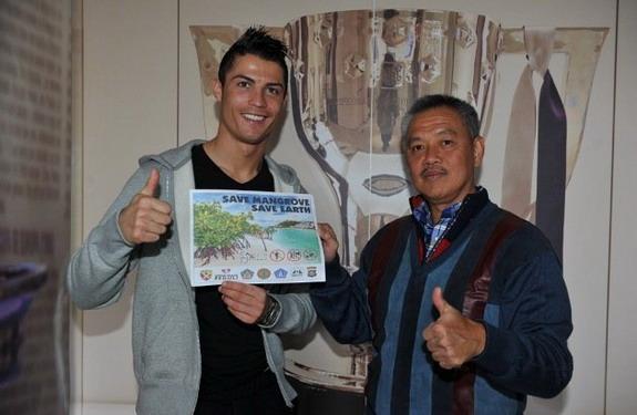 Cristiano Ronaldo poses with Tomy Winata of the Mangrove Care Forum