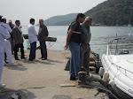 Coordenador  Doreste  verificando a embarcação que transportara o Prefeito a Ilha de Marambaia
