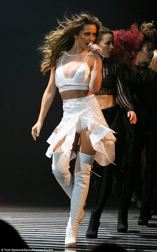 المغنية الانكليزية شيريل فرنانديز تلهب المسرح خلال أدائها في أكس فاكتور