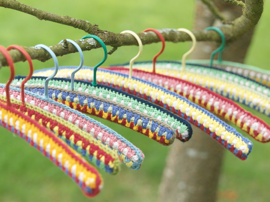 Crocheting On A Hanger : Crochet Hangers by LasTejeyManeje.blogspot.com . So Beautiful.
