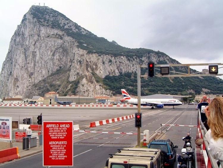 المطار الوحيد في العالم بمدرج يمر عبر طريق السيارات