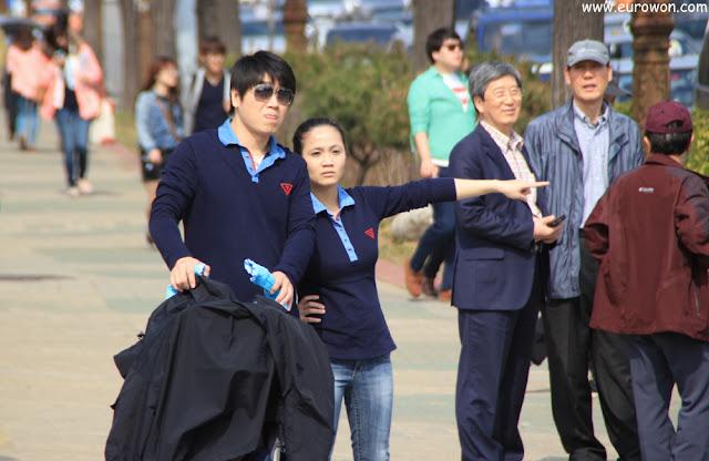 Pareja coreana vestidos con couple look
