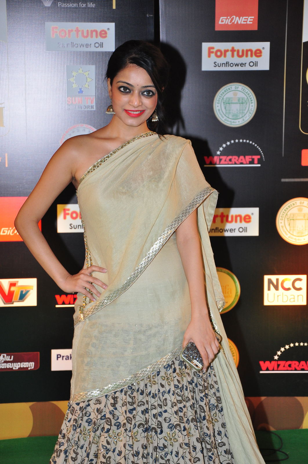 janani iyer glamorous in saree-HQ-Photo-14