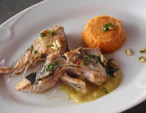 Pescado a la plancha con salsa de cebolla y flanes de tomate