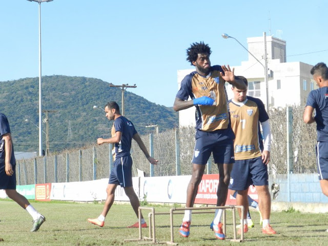 Rudnei, à frente, pode ser a novidade no time do Avaí para o clássico catarinense (foto: André Palma Ribeiro/Avaí FC)