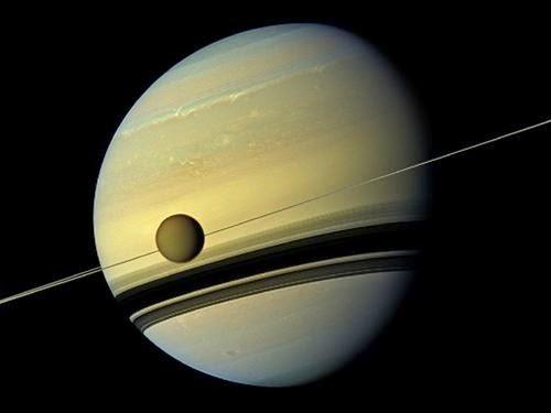 Titan y Saturno