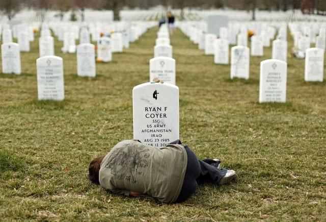 Американка Лесли Куаэ на могиле своего брата Райана Куаэ, погибшего в Афганистане