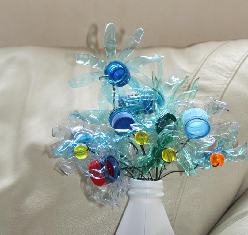 un bouquet de fleurs fait avec des bouteille en plastique (PET) J