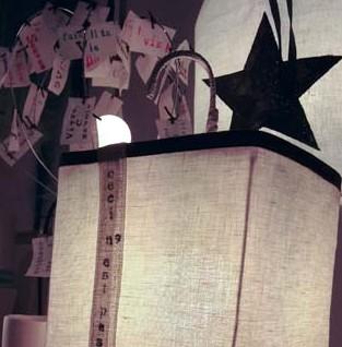 Lampe faite avec des matériaux recyclés en petite série