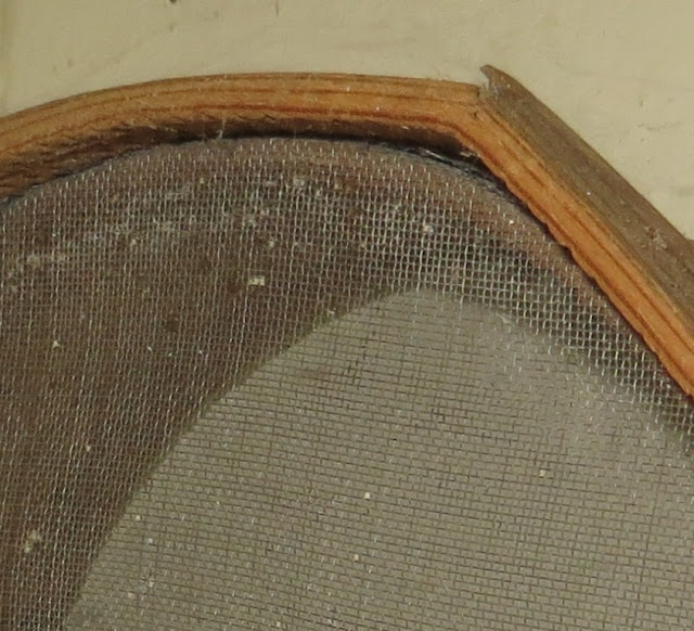 Ampliação de Fotografia macro de Peneira de peneirar farinha de milho ou trigo com pormenor da rede
