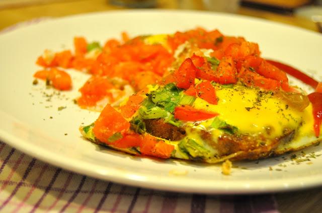jajka w tostach z pomidorami
