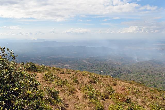 Panorama s'étendant jusqu'au volcan Masaya depuit le sommet du volcan Mombacho