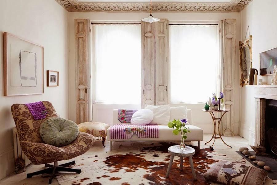 Eklektyczne wnętrze, skóra na podłodze, sztukateria