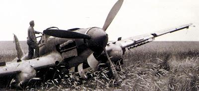 Немецкий солдат осматривает Ил-2