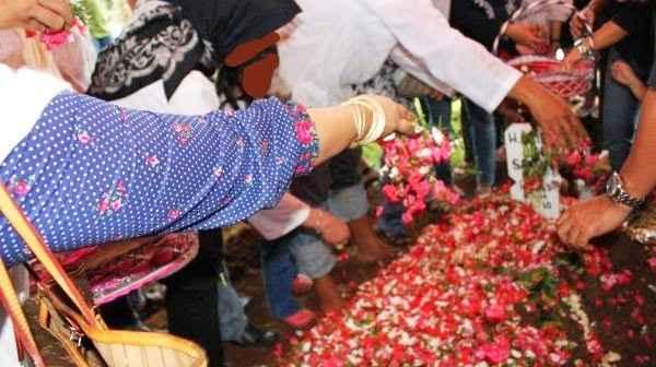 http://9reportase.blogspot.com/2015/09/nak-jangan-tabur-bunga-di-atas-makam.html