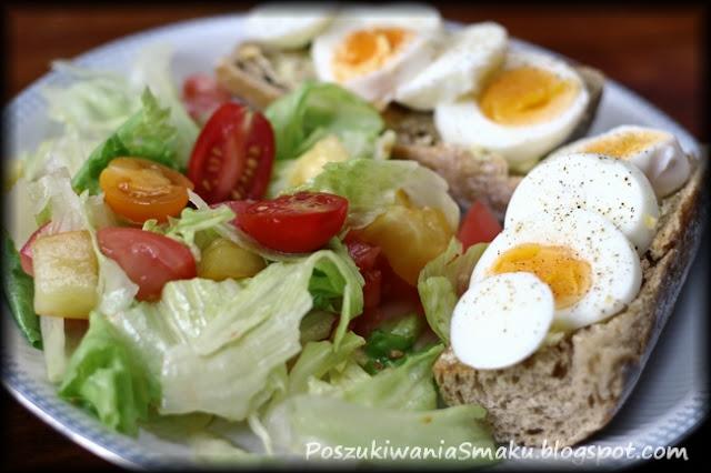sałata lodowa i pomidory w sosie miodowo-musztardowo-cytrynowym i grzanki czosnkowe z jajkiem na twardo