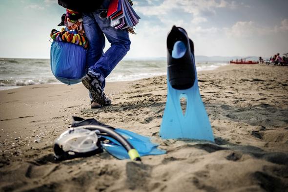 Fotografia di penne da sub sulla spiaggia