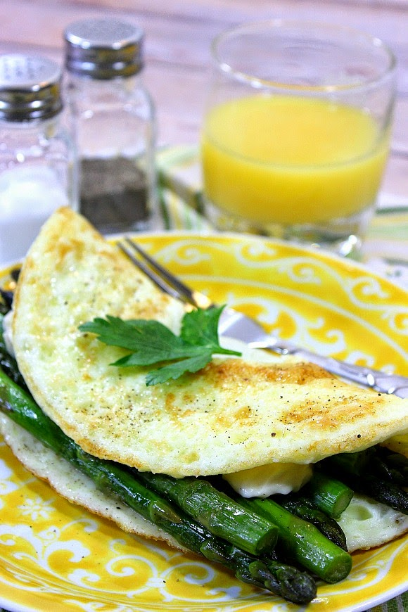 250 Calorie Egg White Omelet with Asparagus and Cheddar - www.kudoskitchenbyrenee.com