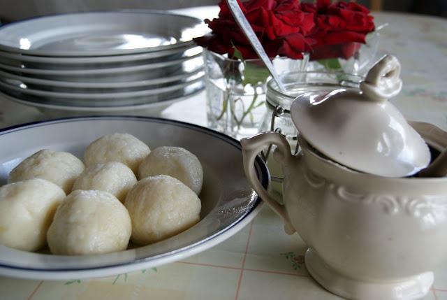 kuchnia polska, knedle ziemniaczane z twarogiem, knedle z owocami, przepis na najlepsze knedle, co jedzą dzieci, ze śliwkami