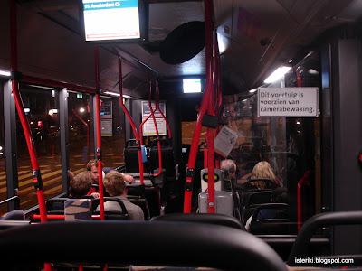 Внутри автобуса в Амстердаме.