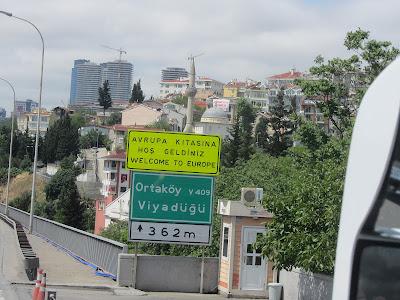 Граница между Европой и Азией: Знак добро пожаловать в Европу в Стамбуле