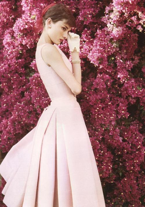 Одри в розовом платье